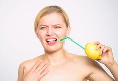 Conceito ?cido do gosto Receita da limonada sem suplementos Gosto real da sensa??o Estilo de vida saud?vel e nutri??o org?nica imagens de stock