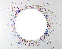Conceito colorido da celebração com confetes do partido no fundo branco Conceito mínimo do partido Configuração lisa imagem de stock royalty free