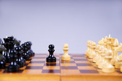 Conceito com partes de xadrez em uma placa de xadrez de madeira Imagens de Stock