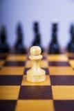 Conceito com partes de xadrez em uma placa de xadrez de madeira Foto de Stock Royalty Free