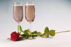 Conceito com a rosa, com coração em relação aos vidros do champanhe fotos de stock