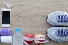 Conceito com tênis de corrida, toalha da aptidão, garrafa da água, appl Foto de Stock Royalty Free