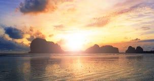 Conceito conceptCelestial muçulmano do mundo: O pai e o filho muçulmanos da paisagem da praia do oceano do por do sol estão adora imagem de stock royalty free