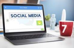 Conceito conectado dos meios estada social foto de stock