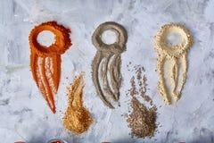 Conceito criativo com as figuras abstratas feitas dos spicies à terra, vista superior da arte do alimento, close-up Fotografia de Stock Royalty Free