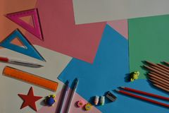 Conceito criativo, de volta à escola Artigos colocados lisos na mesa imagens de stock royalty free