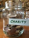 Conceito criativo, dinheiro de salvamento em um frasco do doce imagem de stock royalty free
