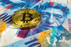 Conceito cripto da moeda - um Bitcoin com moeda do franco su??o, Su??a fotografia de stock