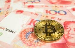 Conceito cripto da moeda - um Bitcoin com moeda RMB de Chinece, Renminbi, yuan fotografia de stock