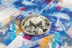 Conceito cripto da moeda - um Monero com moeda do franco suíço, Suíça fotos de stock