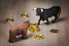 Conceito cripto do urso e do mercado em alta de Bitcoin foto de stock