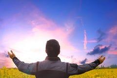 Conceito da adoração e do elogio: uma pessoa levanta sua mão fotos de stock