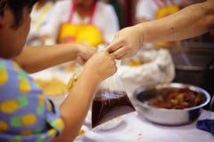 Conceito da alimentação: Povos de ajuda com fome com bondade imagem de stock