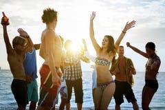 Conceito da amizade da multidão do feriado da unidade da praia foto de stock