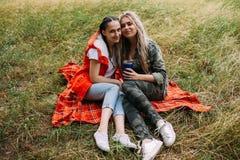 Conceito da amizade das mulheres do resto do piquenique da natureza Imagem de Stock