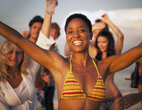 Conceito da amizade do verão do divertimento da apreciação da praia dos povos fotografia de stock royalty free