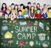 Conceito da apreciação da exploração da aventura do acampamento de verão fotografia de stock
