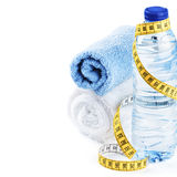 Conceito da aptidão com garrafa de água e toalhas fotos de stock