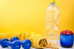 Conceito da aptidão com toalha, garrafa, centímetro e pesos Imagens de Stock