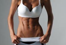 Conceito da aptidão e da dieta - próximo acima do Abs fêmea atlético bonito imagem de stock royalty free