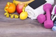 Conceito da aptidão e da dieta em um fundo de madeira Fotografia de Stock