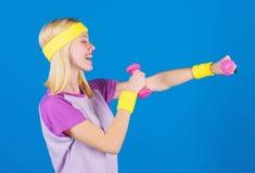 Conceito da aptidão menina que exercita com dumbbell Exercício com peso Exercícios do peso do novato Parte superior do corpo fina fotografia de stock