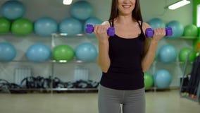 Conceito da aptidão Treinamento novo do desportista com pesos no gym foto de stock royalty free