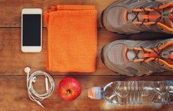 Conceito da aptidão com calçados do esporte sobre o fundo de madeira Imagem da vista superior Imagens de Stock Royalty Free