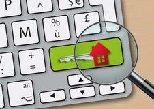 Conceito da aquisição de bens imobiliários com uma chave dada forma casa ilustração stock