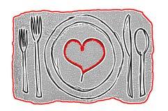Conceito da arte contemporânea da data do jantar com a placa que contém um coração vermelho cercado pela pratas Fotos de Stock Royalty Free