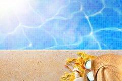 Conceito da associação das férias com objetos fêmeas da associação fotos de stock royalty free