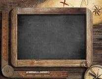 Conceito da aventura. Quadro-negro, compasso e mapa velho. foto de stock