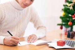 Conceito da bênção do Natal e do ano novo feliz Escrita branca vestindo da camiseta do homem e cartão da emissão fotos de stock