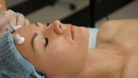 Conceito da beleza O procedimento mesotherapy no processo o esteticista mantém a seringa para a injeção que trabalha com ` s da m video estoque