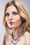 Conceito da beleza: Retrato do estúdio do close-up da mulher de BeautifulBlond Foto de Stock Royalty Free