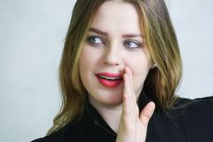 Conceito da bisbolhetice Retrato de uma jovem mulher fotografia de stock royalty free