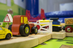 Conceito da brincadeira das crianças do campo de jogos do trem do tráfego do brinquedo Imagem de Stock