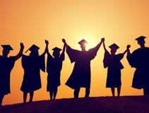Conceito da celebração da realização do sucesso da graduação dos estudantes fotografia de stock