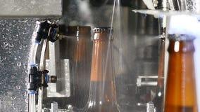 Conceito da cervejaria Fábrica da cerveja Linha de engarrafamento automática da cerveja Tiro ascendente próximo da parte final da filme