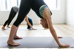 Conceito da classe do exercício de prática da ioga foto de stock royalty free