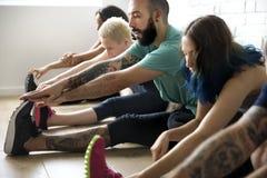 Conceito da classe do exercício de prática da ioga fotografia de stock