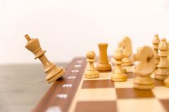 Conceito da competição e dos trabalhos de equipa Queda da parte de xadrez da boa fotografia de stock royalty free