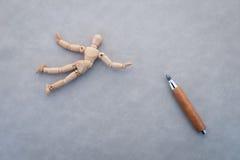 Conceito da competição com a figura de madeira que anda com corda Imagem de Stock