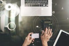 Conceito da compra do Internet Ideia superior das mãos que trabalham com calcula Imagens de Stock