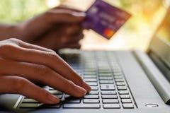 Conceito da compra em linha e da operação bancária em linha e dos Internet banking foto de stock royalty free