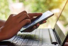 Conceito da compra em linha e da operação bancária em linha e dos Internet banking foto de stock