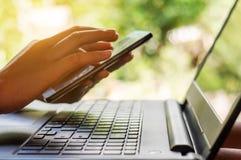 Conceito da compra em linha e da operação bancária em linha e dos Internet banking fotografia de stock