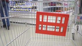 Conceito da compra no estilo de vida rápido do consumidor do supermercado vídeos de arquivo