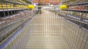 Conceito da compra no supermercado para o estilo de vida rápido do consumidor filme