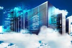 Conceito da computação da nuvem Conjunto de super-computadores nas nuvens no fundo de uma metrópole moderna ilustração stock